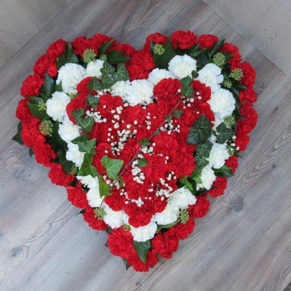 Blütenherz, weiß/ rot aus Nelken Bild 1
