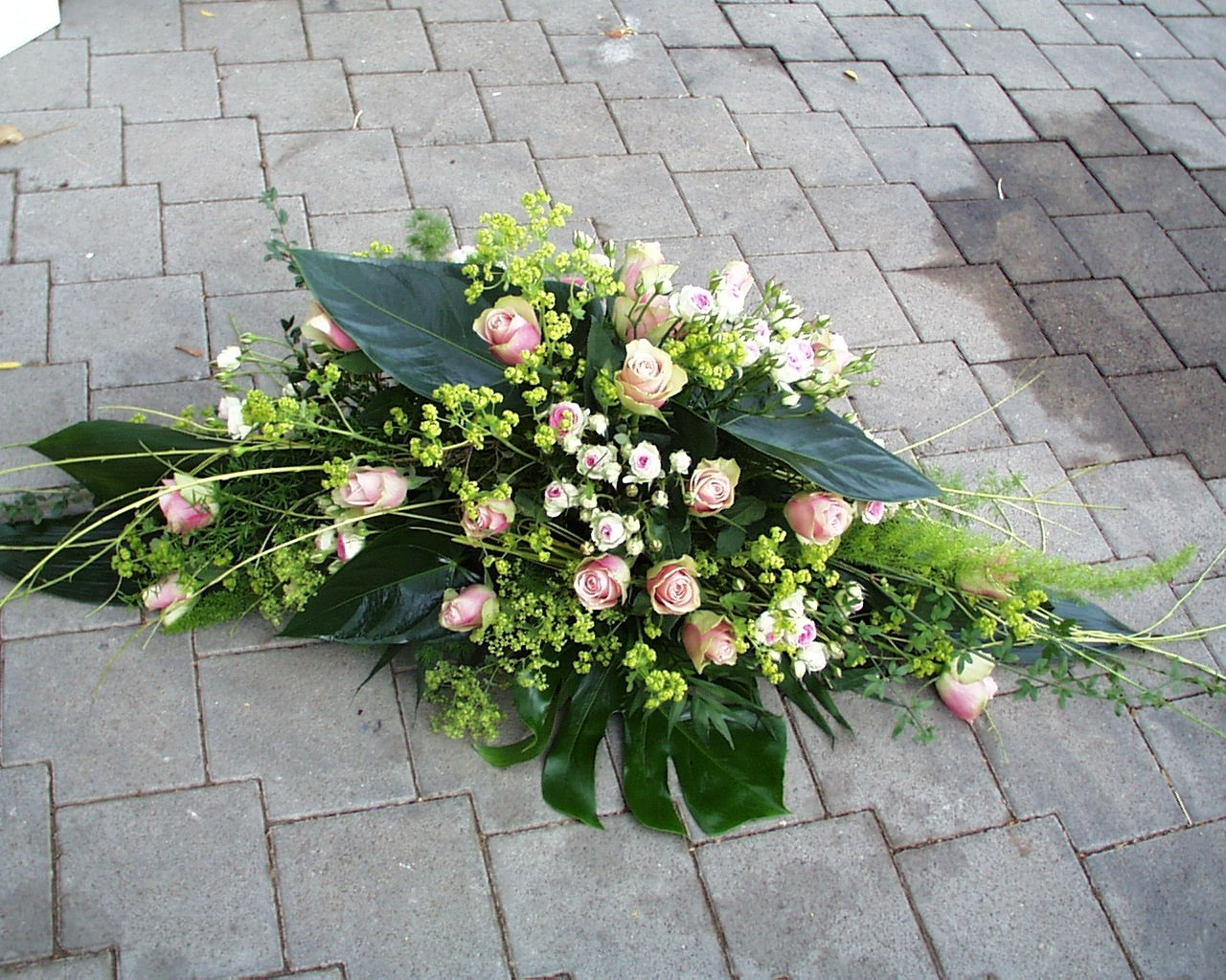 Trauergesteck Rosa (länglich) Bild 2