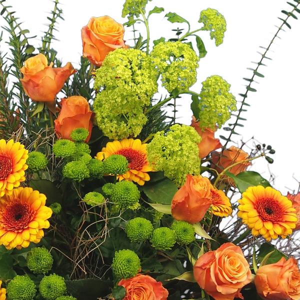 Trauergesteck in orange-grüner Blumenkombination Bild 2
