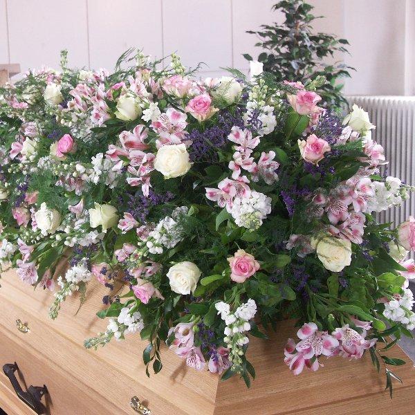 Sargschmuck Rosa mit verschiedenen Blumen Bild 1