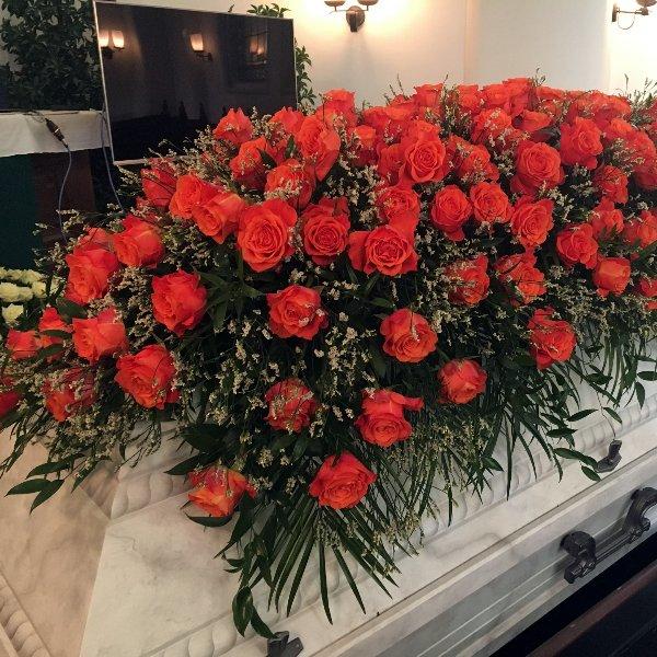 Sarggesteck mit roten Rosen Bild 1