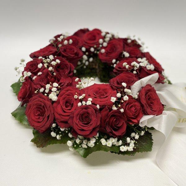 Blütenkranz mit roten Rosen Bild 1