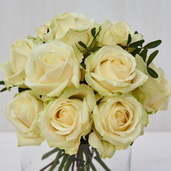 Strauß mit weißen Rosen, kompakt gebunden Bild 1