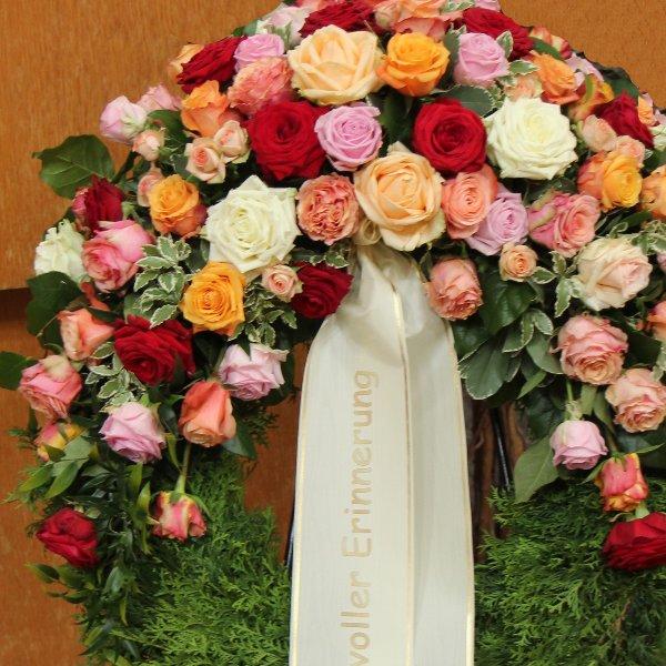 Trauerkranz Rosen in verschiedenen Farben Bild 1