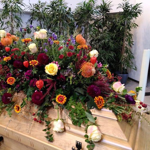 Sargschmuck mit herbstfarbenem Blumen-Mix Bild 3