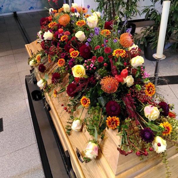 Sargschmuck mit herbstfarbenem Blumen-Mix Bild 2