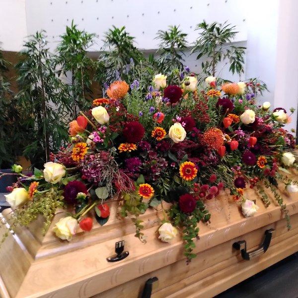Sargschmuck mit herbstfarbenem Blumen-Mix Bild 1