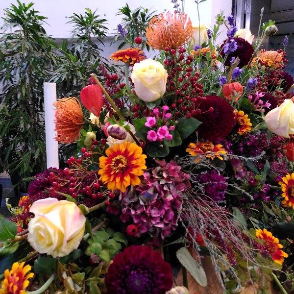 Sargschmuck mit herbstfarbenem Blumen-Mix Bild 4