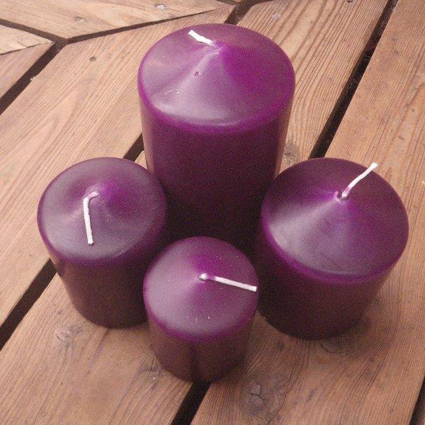 Kerzen in lila in unterschiedlichen Größen Bild 1