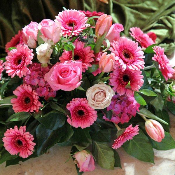 Trauergesteck flachliegend, pinkfarbene Blumen Bild 1
