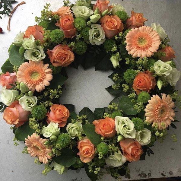 Trauerkranz rundgesteckt apricot/weiss Bild 1
