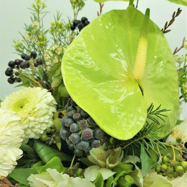 Weiß-grüner Blumenstrauß mit Anthurien Bild 3