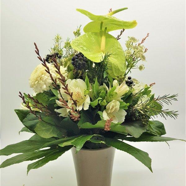Weiß-grüner Blumenstrauß mit Anthurien Bild 1