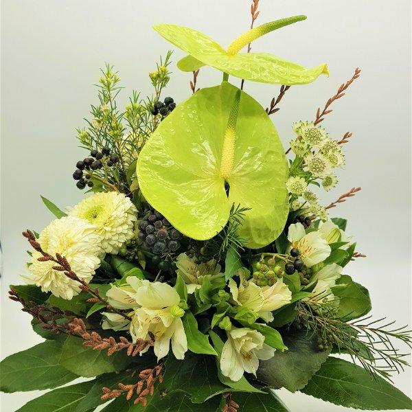 Weiß-grüner Blumenstrauß mit Anthurien Bild 2