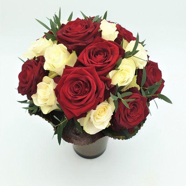 Rosenstrauß in rot- weiß Bild 1
