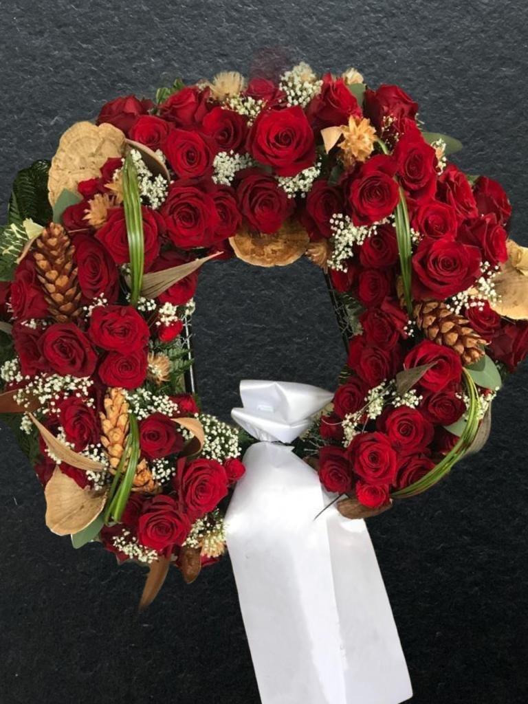 Kranz mit roten Rosen und Trockenblumen Bild 1