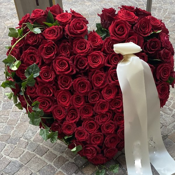 Herz mit roten Rosen Bild 1