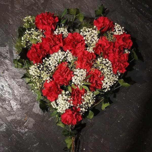 Herz mit roten Nelken und Schleierkraut Bild 1