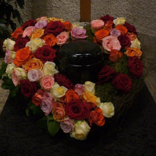 Urnenherz mit Rosen Bild 1