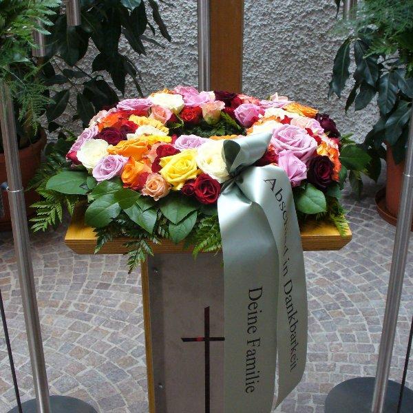 Urnenkranz mit bunten Rosen Bild 1