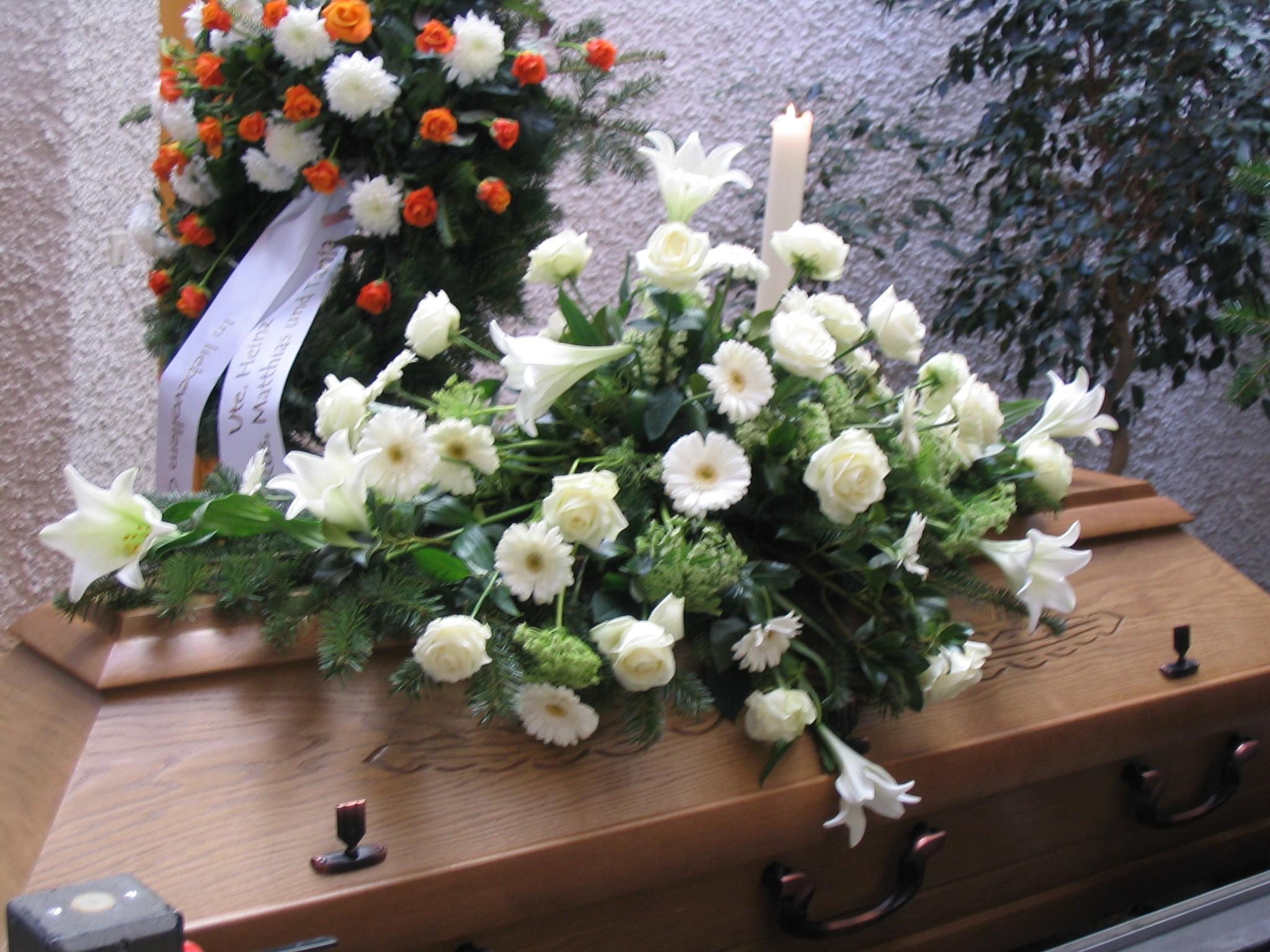 Sargbukett weiße Lilien Bild 1