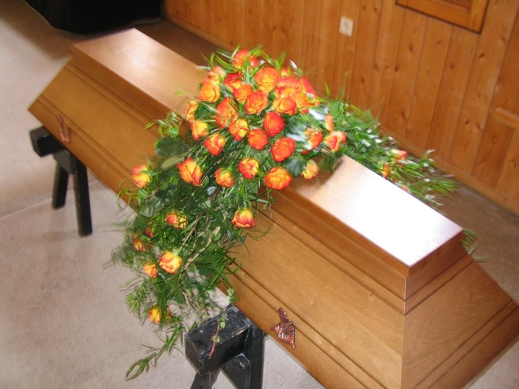 Sargbukett mit orangenen Rosen Bild 1