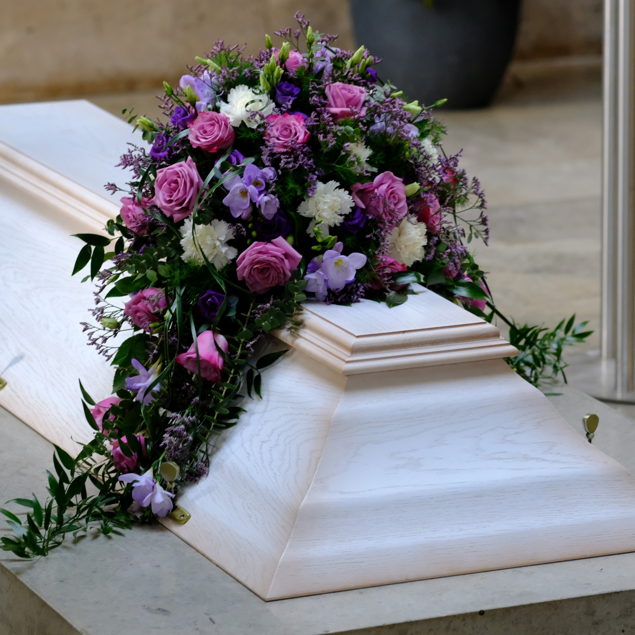 Sargbukett in violett Bild 1