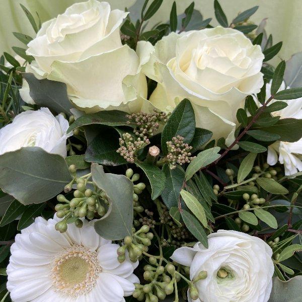 Blumenstrauß in weiß Bild 2