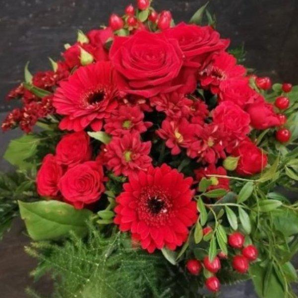 Blumenstrauß in rot, mit Blumen der Saison Bild 2