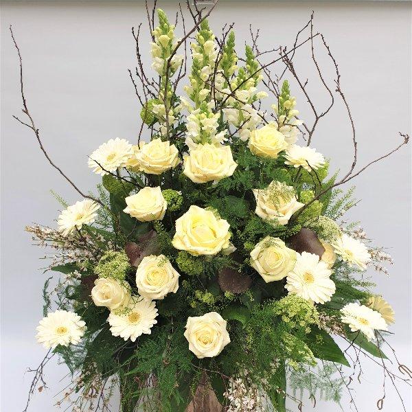 Gesteck mit weißen Rosen Bild 1