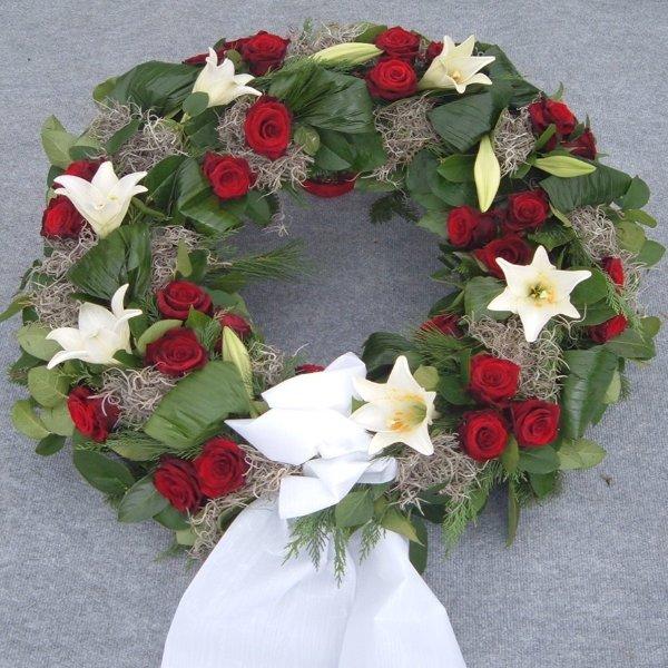 Trauerkranz, mit Lilien- und Rosen-Tuffs Bild 2
