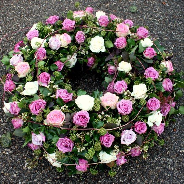 Trauerkranz mit gemischten Rosen Bild 1