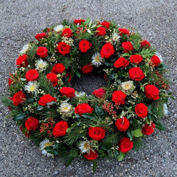 Trauerkranz mit roten Rosen Bild 2