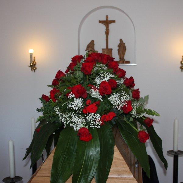Sarg-Bukett mit roten Rosen Bild 1