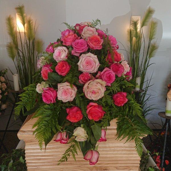 Sarg-Bukett mit gemischten Rosen Bild 1