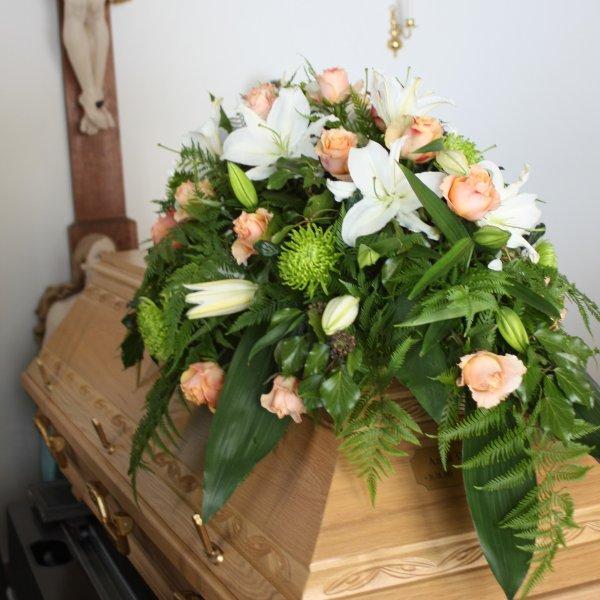 Sarg-Bukett mit Rosen und Lilien Bild 1