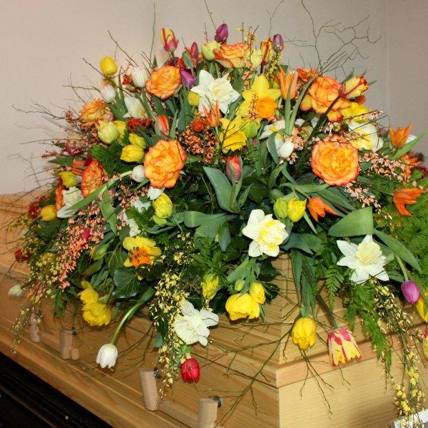 Sarg-Bukett mit Blumen der Saison Bild 1