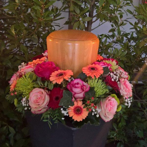 Urnenkranz mit Blumen der Saison Bild 2