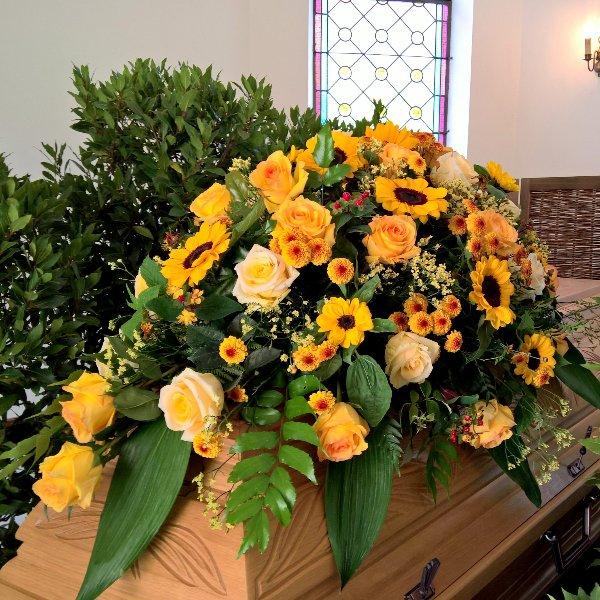 Sarg-Bukett mit Blumen der Saison Bild 2