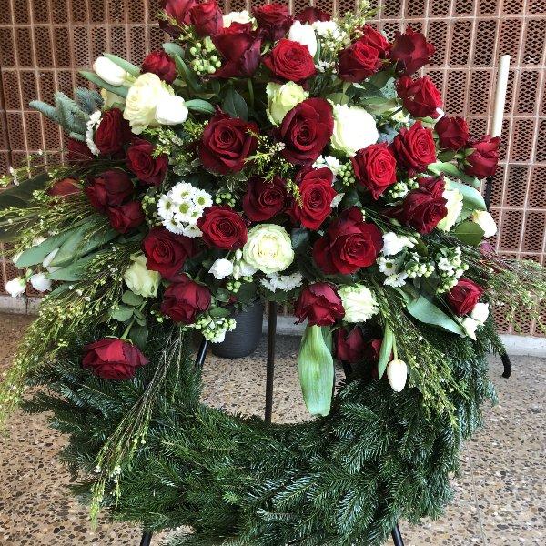 Trauerkranz mit weißen und roten Rosen Bild 1