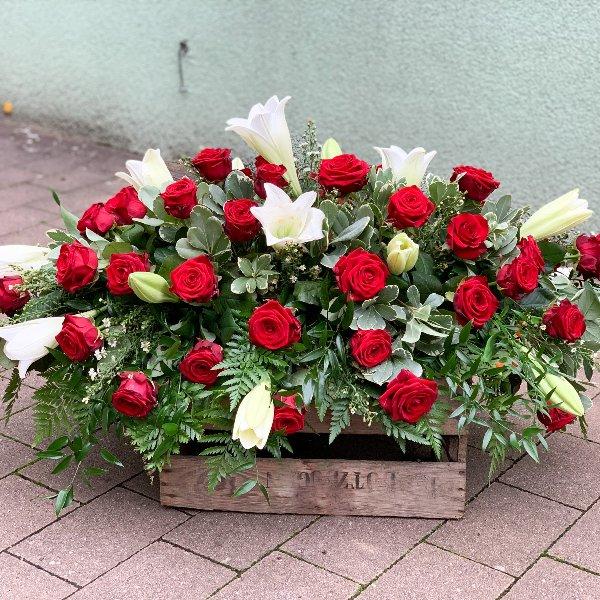 Sargbukett Rote Rosen und Weiße Lilien Bild 1