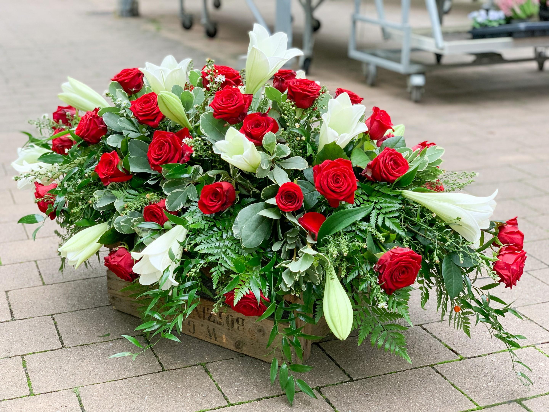 Sargbukett Rote Rosen und Weiße Lilien Bild 2