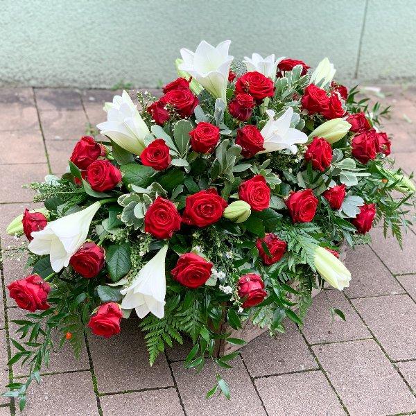 Sargbukett Rote Rosen und Weiße Lilien Bild 3