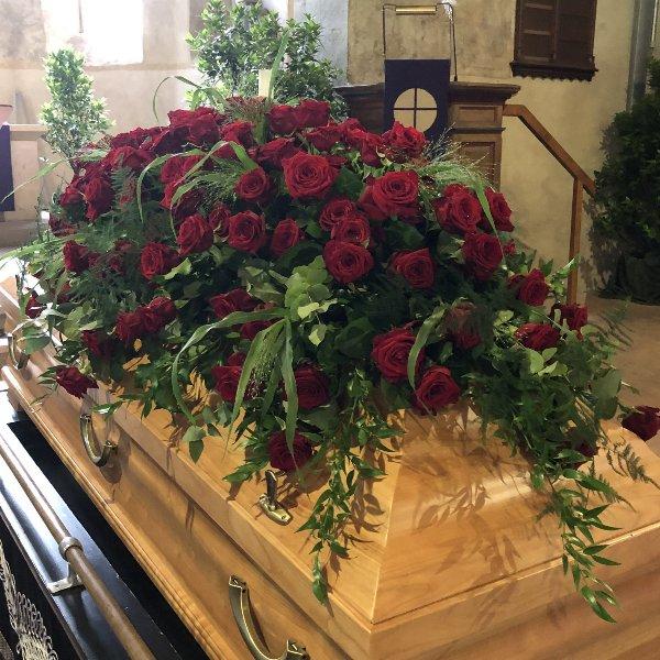 Sargbukett rote Rosen Bild 1