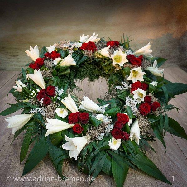Trauerkranz, mit Lilien- und Rosen-Tuffs Bild 1