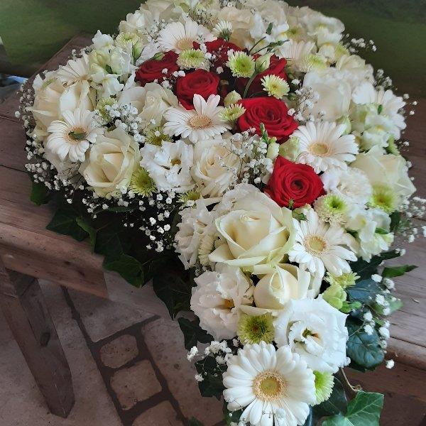 Herzförmiges Trauergesteck Rosen Bild 1