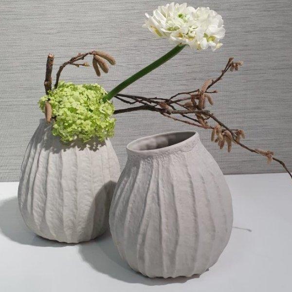 Vase aus Knochenporzellan mit Blüten der Saison Bild 1