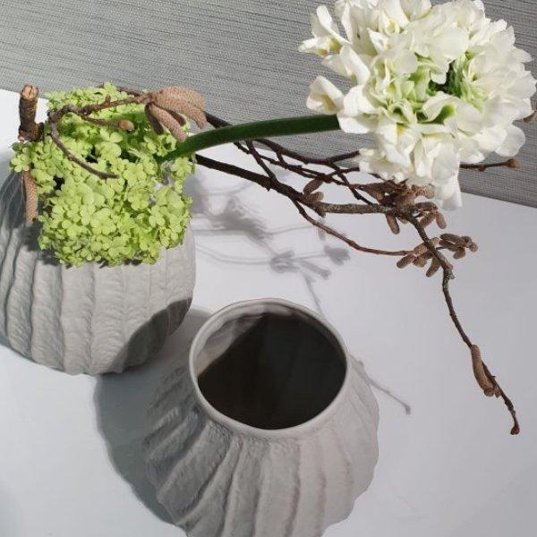 Vase aus Knochenporzellan mit Blüten der Saison Bild 2