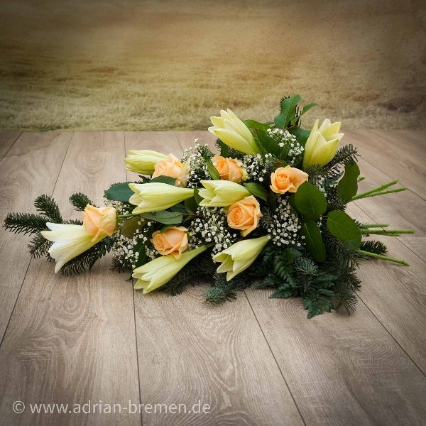 Liegestrauß mit Lilien und Rosen Bild 1