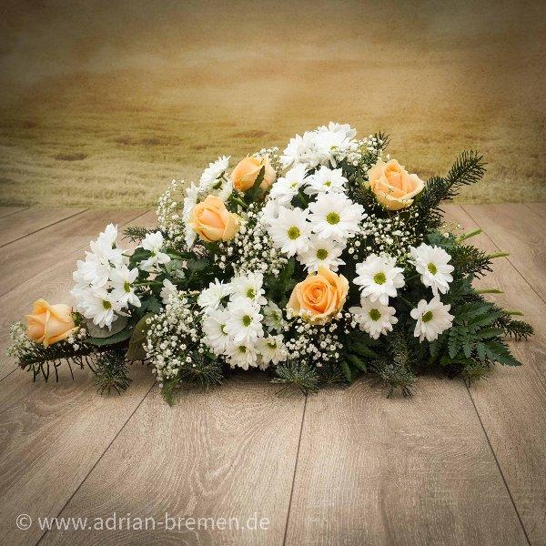 Liegestrauß mit Rosen und Cassa-Chrysanthemen Bild 1
